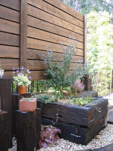 枕木積みの花壇