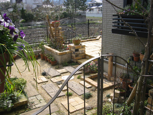緑のアーチをくぐりお庭へと!