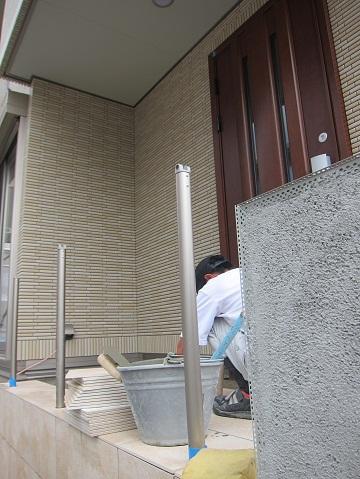 玄関ポーチのタイル貼り作業