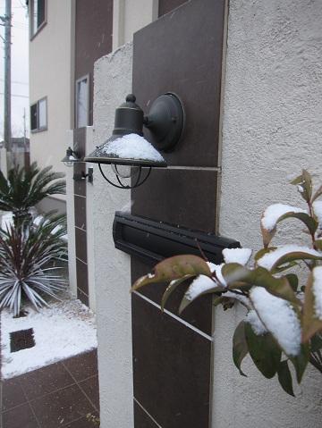 雪をかぶった門柱