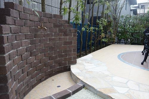 レンガ造りの立水壁