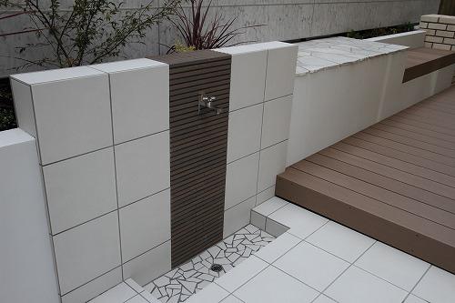 タイル貼り仕上げの立水壁