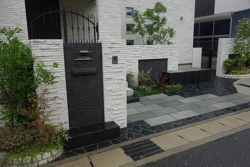 石材タイル貼り仕上げの門壁