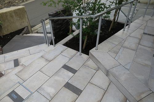 石材調のタイル階段