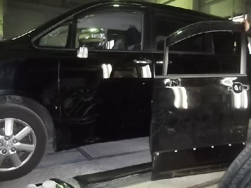 トヨタ 70VOXYボクシィノア 左フロントドア交換バンパースライドドア リヤフェンダー板金塗装修理
