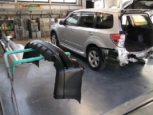 スバル フォレスター 右リヤフェンダーキズ リヤバンパー交換 フューエルリッドエクボ 板金塗装修理 ロアスポイラー交