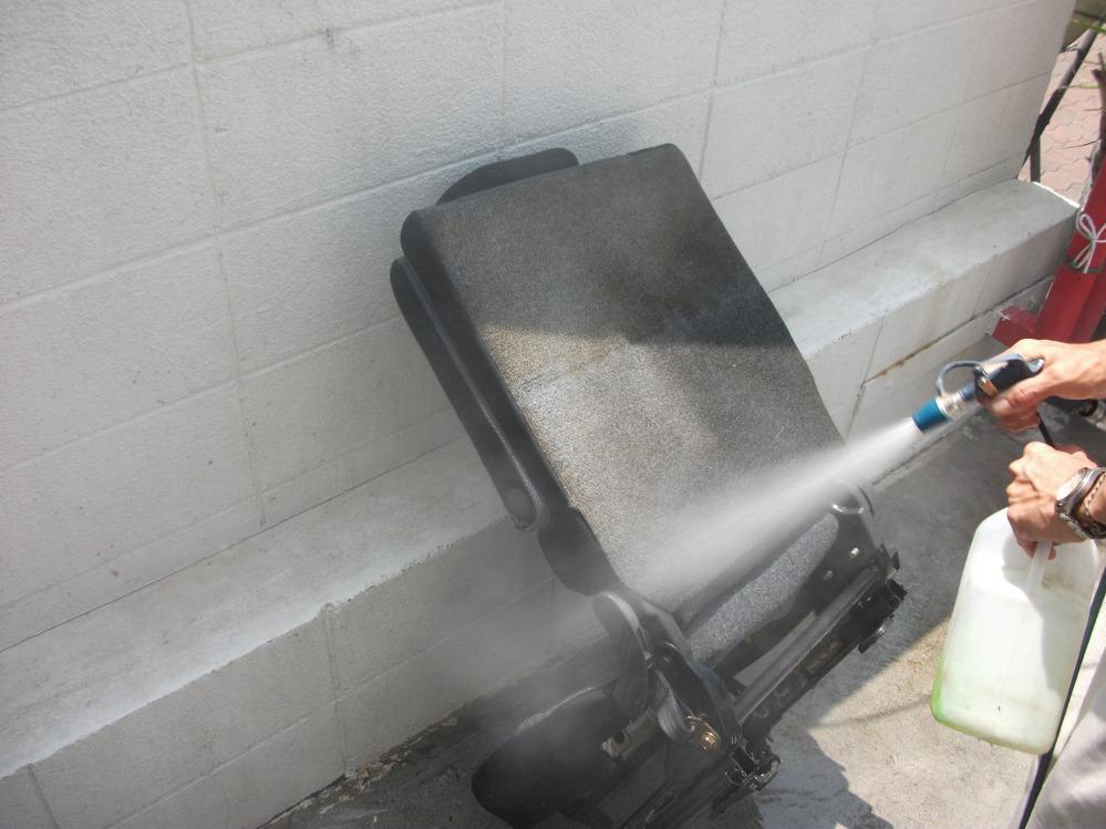 専用クリーナーで洗浄中
