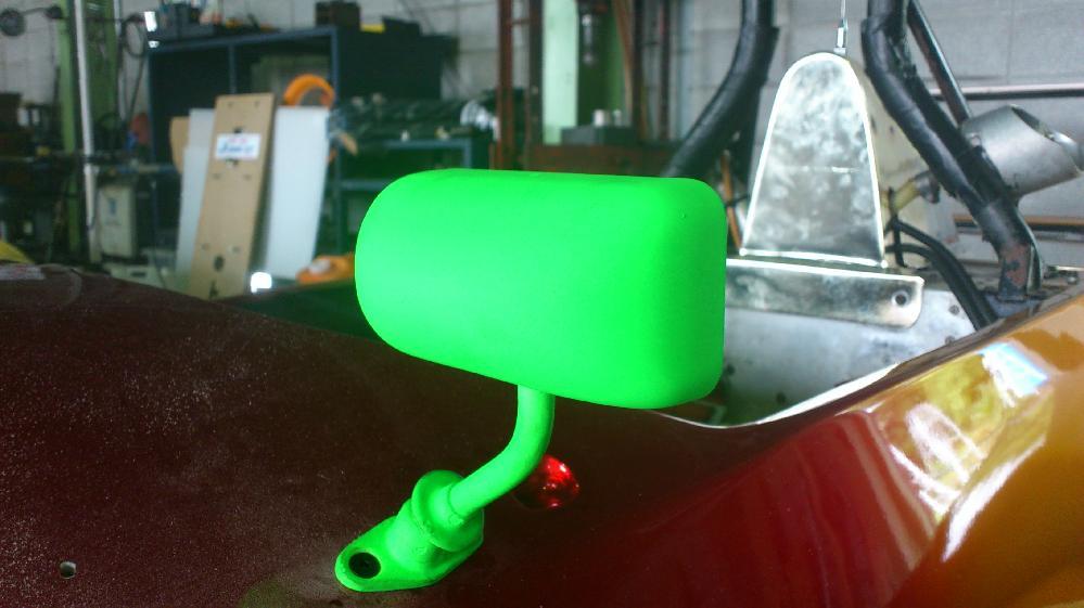 バックミラーは、蛍光グリーン