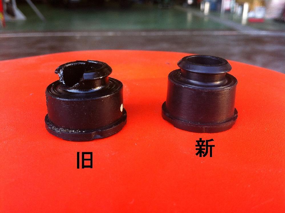 新旧シーリングワッシャーの比較 旧部品はゴム部品ですが硬化して割れてしまいます。