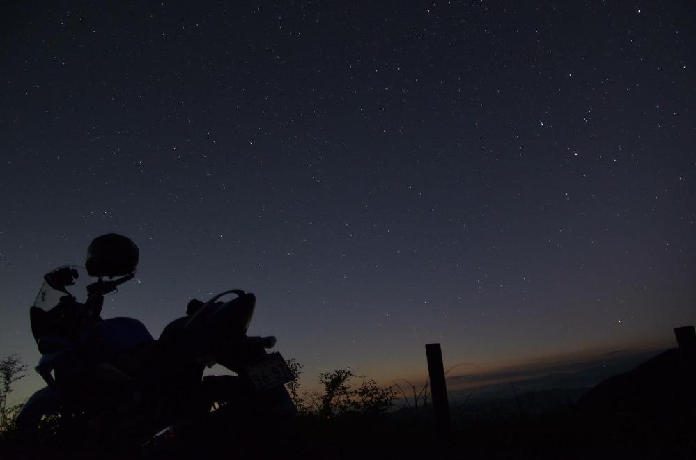 夜中に出発〜GSR250Sのシルエット写真のよう☆高野山の夜明け