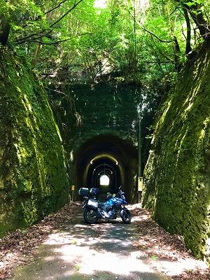 1番のお気に入り 道路両端の崖もすごいです!!細い道の奥のトンネルの向こう側に明かりが★  房総半島の切通しトンネルにて