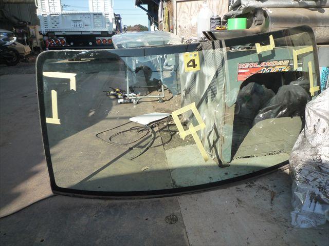 外したフロントガラス。真ん中以外にもガラスにヒビがあります。