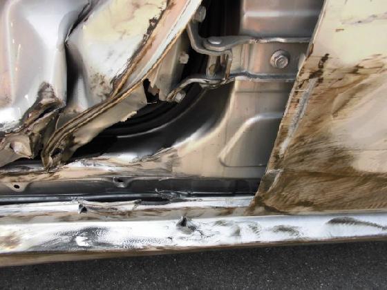プリウスアルファ 事故  *内板骨格損傷