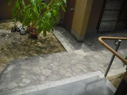 施工前 玄関の段差により車椅子の移動が困難でした。
