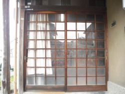 施工前 木製の玄関戸でした。