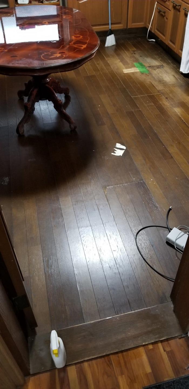 シンク前の床は水はね等で傷みやすいですね