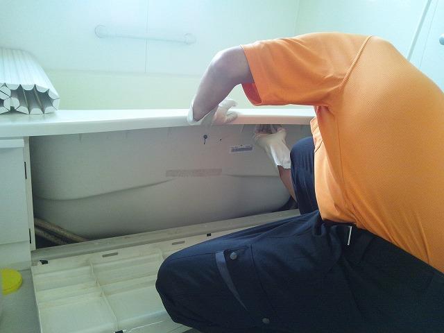 浴槽のパネルを外して内部の清掃