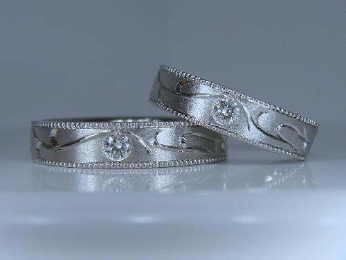 マリッジリング イニシャル(JH)つる模様エタニティー ミル打ち ダイヤモンド1/50ctH&C