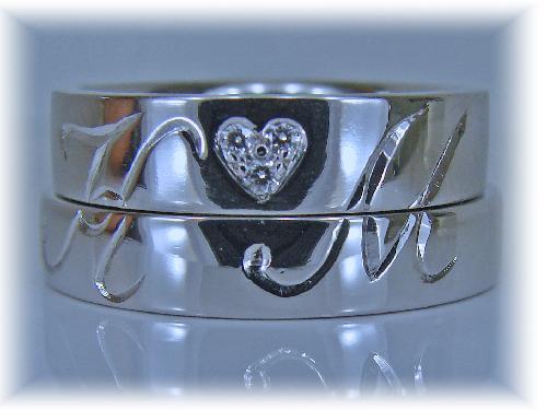 マリッジリング 重ねるとイニシャル(K M)ハートマークダイヤモンド1/100ctハート&キューピット