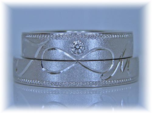 マリッジリング イニシャル(T M)インフィニティーマーク ミル打ちダイヤモンド1/30ctハート&キューピット