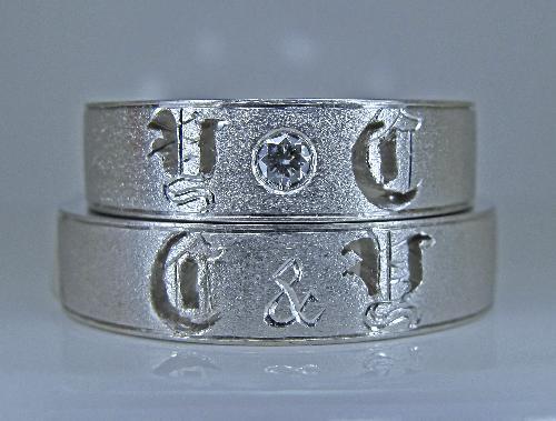 マリッジリング イニシャル(Y C)透かし彫りダイヤモンド1/20ctハート&キューピット
