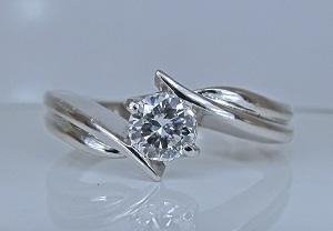 ジュエリーリフォーム 36年前の婚約指輪(エンゲージリング)からシャープなテーパーラインデザインのダイヤモンドリングへ