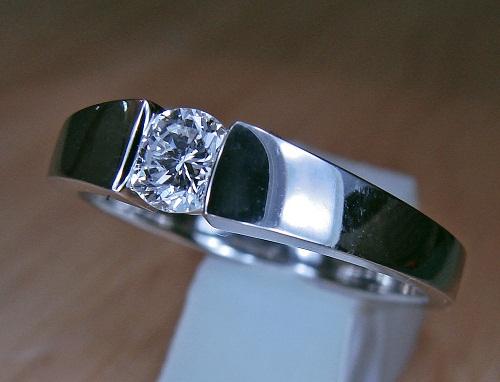 ジュエリーリフォーム 28年前のダイヤモンドリング(0.36ct)からモダンルックの新しダイヤモンドリングへ