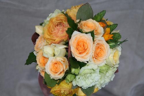 オレンジのお花のラウンドブーケ