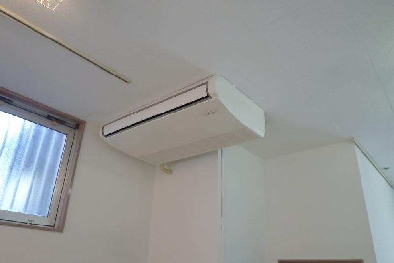 東京中央区のオフィスビルでエアコンの交換工事を行いました。