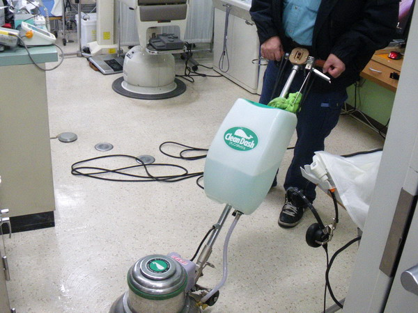 内科医院の床清掃