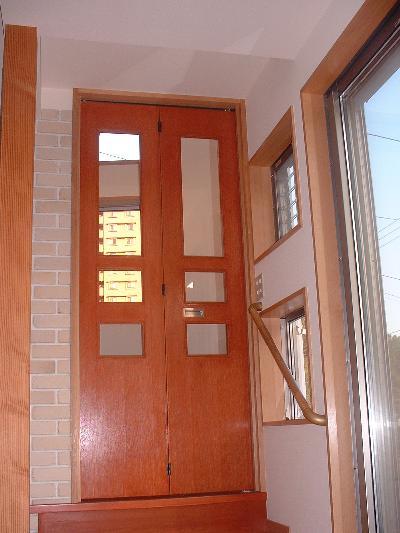 何もなかった所に新しく木製の折れ戸を新設いたしました。