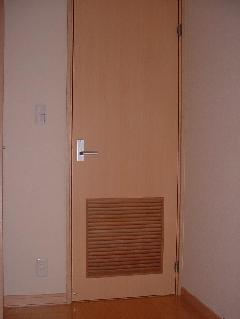 空気抜け窓付き木製ドア