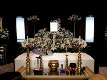 シンプルに費用をおさえた生花祭壇希望。と要望