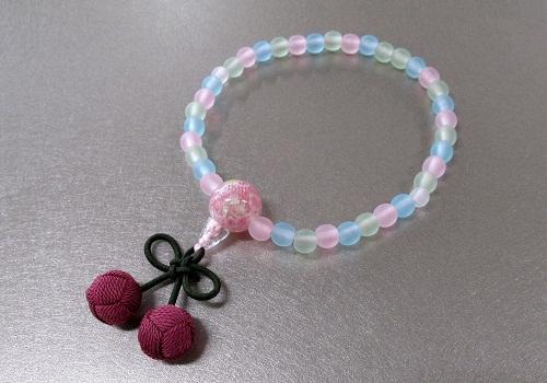 ◆子供用念珠・数珠 こどもじゅず PC艶消ミックス6�o ちりめんラップ入 桜んぼ房 ピンク色 箱入