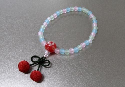 ◆子供用念珠・数珠 こどもじゅず PC艶消ミックス6�o ちりめんラップ入 桜んぼ房 赤色 箱入