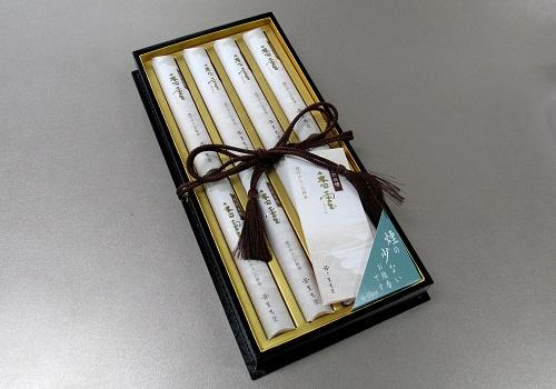 ◎進物用 煙の少ないお線香 天然白檀 香雲 短8入塗箱 【薫寿堂】