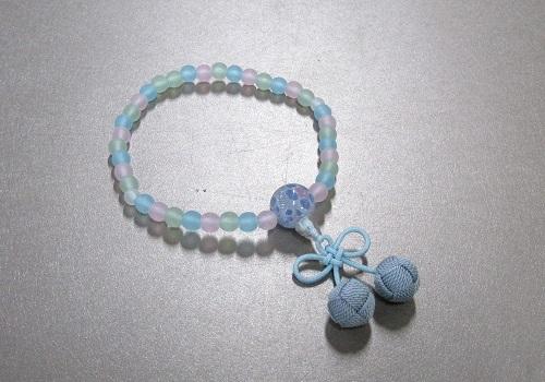◆子供用念珠・数珠 こどもじゅず PC艶消ミックス6�o ちりめんラップ入 桜んぼ房 水色 箱入