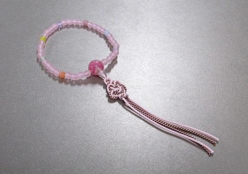 □子供用念珠・数珠 こどもじゅず PC艶消ピンク6�o ちりめんラップ入笑顔結び 紐房 箱入