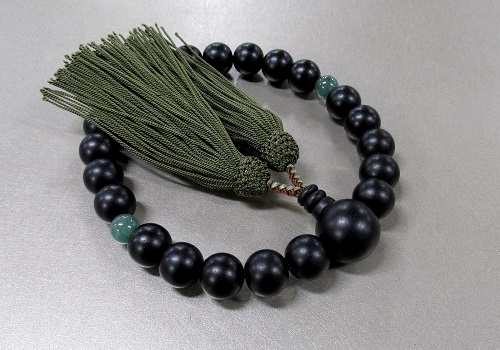 □男性用片手念珠 素挽黒檀2天翡翠仕立 人絹頭房