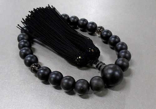 □男性用片手念珠 素挽縞黒檀2天茶水晶仕立 人絹頭房