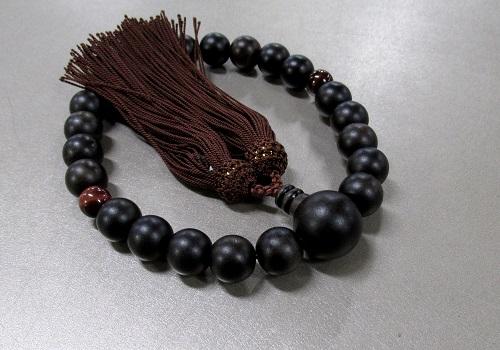 □男性用片手念珠 素挽縞黒檀2天赤虎目石仕立 人絹頭房