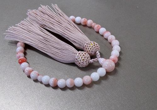 ☆女性用片手念珠 ハリ珊瑚7�o玉共仕立 人絹頭房(灰桜)