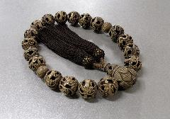 ◆男性用片手念珠 柘 羅漢彫18玉 正絹頭房 桐箱入
