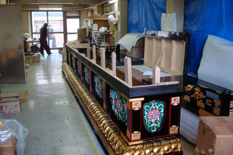 岸和田工場内での組み立て作業
