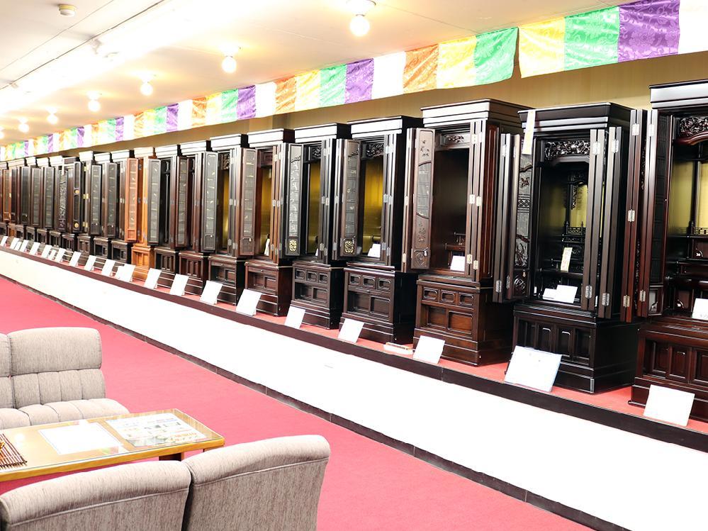 仏壇のシメノ堺鳳店内 唐木仏壇コーナー写真