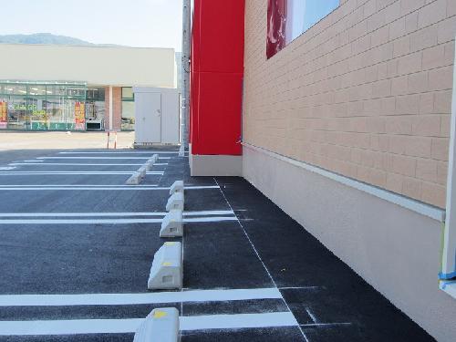 店舗駐車場の区画線、車止め設置