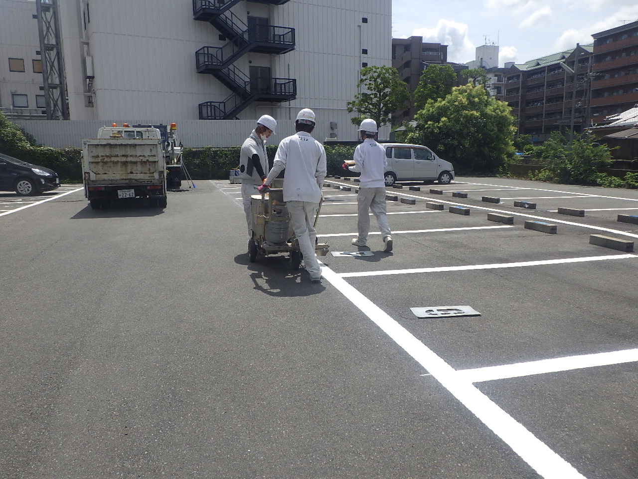 某駐車場のラインと番号の塗り直し工事です