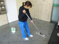 フロア清掃女性