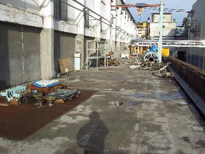 工場機械室屋根ひび割れからの雨漏り