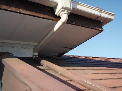 追い出し後、侵入した2階屋根軒天の破損箇所を金網にて仮封鎖。